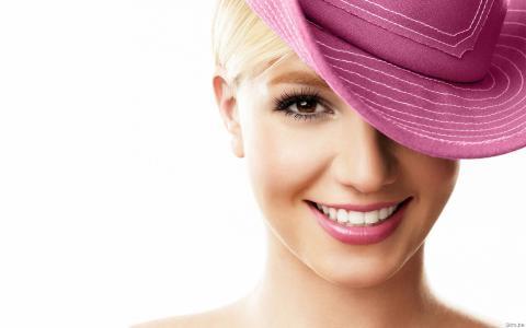 小甜甜布兰妮在一顶粉红色的帽子