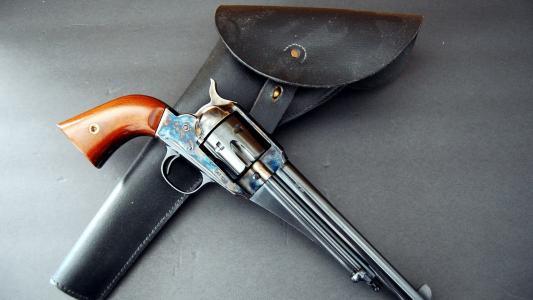 带皮套的古代左轮手枪