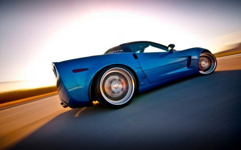 蓝色的雪佛兰科尔维特快速驶过沙漠