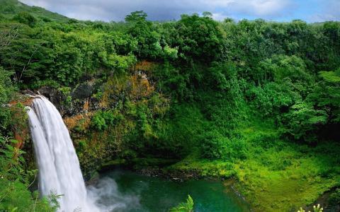 河上的瀑布