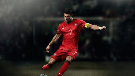 与球的克里斯蒂亚诺罗纳尔多在橄榄球场