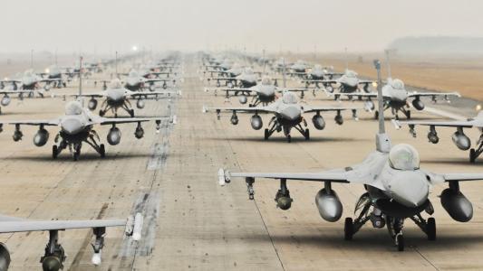 战斗机在机场的分离
