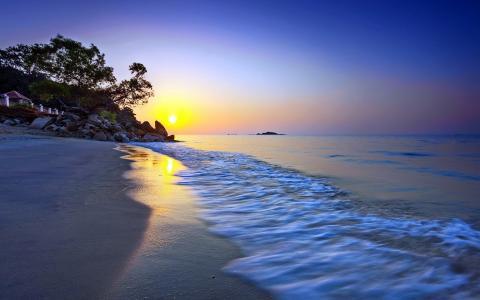 在海滩上的黄色日落