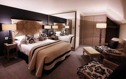酒店的房间以棕色调装饰