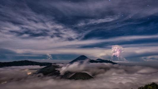 在云彩和雾之上的满天星斗的天空在山