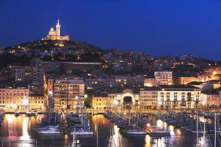 晚上在法国马赛闪耀