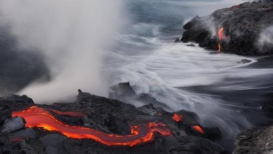 在海边的熔岩河