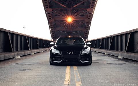 黑色奥迪RS5在吊桥下