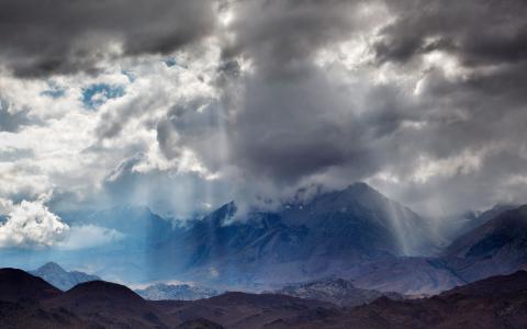 阴云密布的天空在山上
