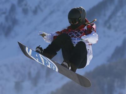 在奥林匹克山的背景上的滑雪板在索契