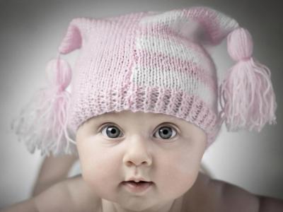 孩子在一顶帽子