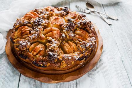 蛋糕与苹果和坚果在桌子上