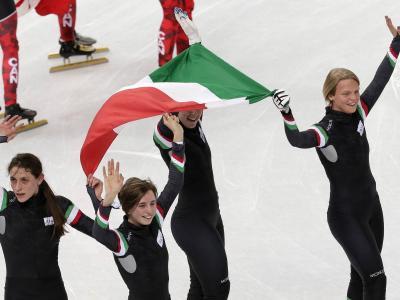 意大利短道运动员马丁·瓦尔切皮纳在索契奥运会上获得铜牌