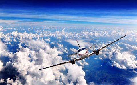 飞机飞过云层