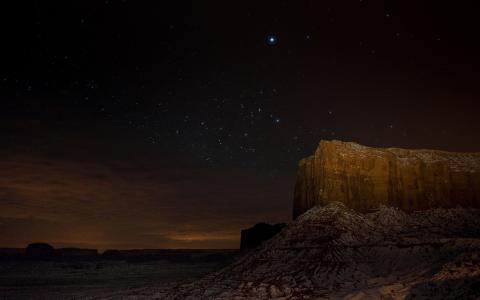 在峡谷的岩石上的夜空