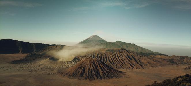 印度尼西亚婆罗摩火山的火山口