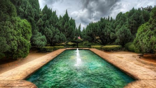 有喷泉的池塘在庭院里