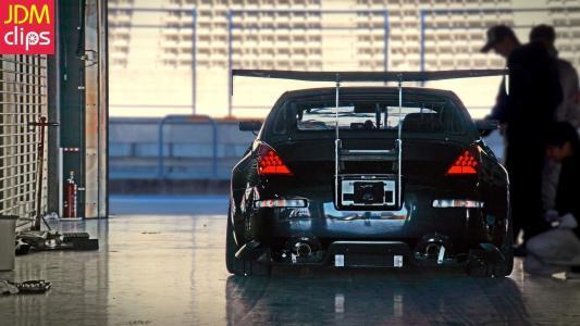 日产350Z在车库里