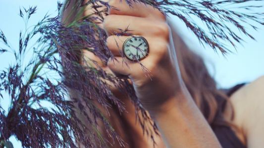 戒指在手臂上的手表的形式