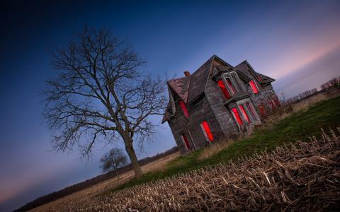 一个被遗弃的房子里面的红光
