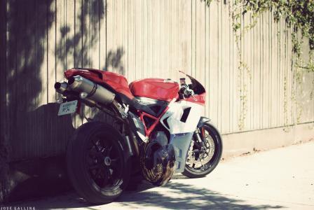 强大的摩托车在篱笆上