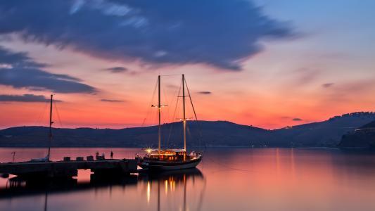游艇在码头的晚上