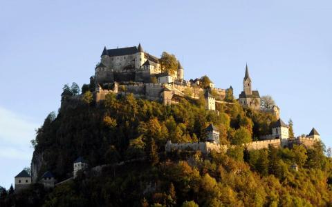 在奥地利的一座小山上的无可挑剔的城堡