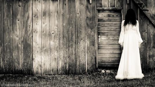 在木棚的女孩,电影的钟声