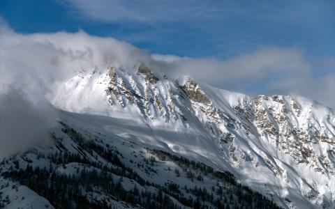 在云层的雪峰