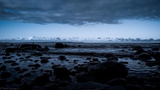 在海滩上的黑色石头