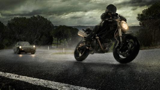 摩托车手逃避追逐