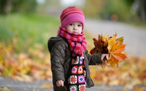 孩子在秋天的公园