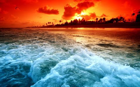 在日落时的沿海波浪