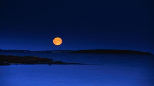 月亮在傍晚的天空
