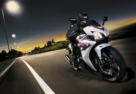 令人难以置信的快速摩托车本田CBR 500 R