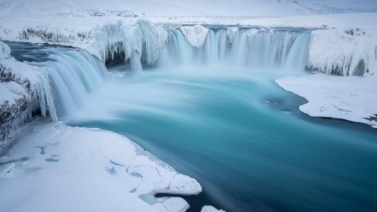 在冰河上的瀑布