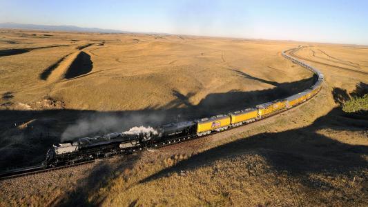 在沙漠中的铁路上训练