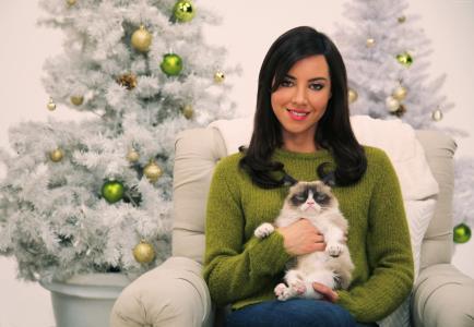 与一只猫的女演员Aubrey Plasa在一棵新年树