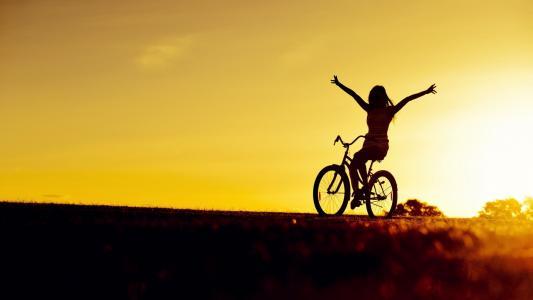 骑自行车者在日落