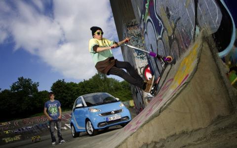 滑板车上的少年