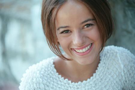 法国歌手艾丽婕穿着一件白色毛衣