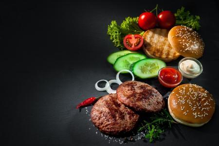 新鲜的产品,在灰色的背景上的汉堡包