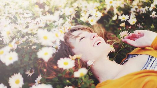 春黄菊花的快乐女孩