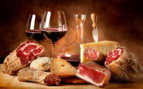 红酒和肉类产品在桌子上
