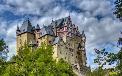 在美丽的蓝天下,德国的埃尔茨城堡
