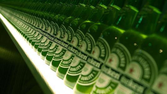 在架子上的许多瓶喜力啤酒