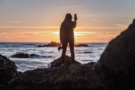 一个人看海的背影