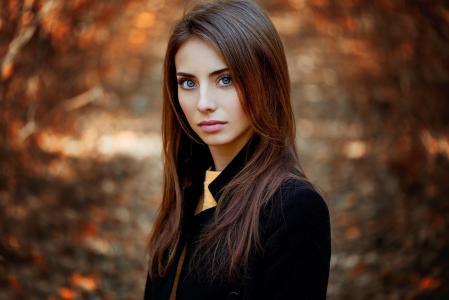 布鲁内特在模糊的背景下,照片安娜Nevreva