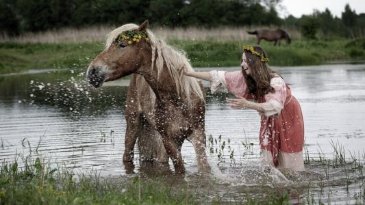 一个女孩在洗澡