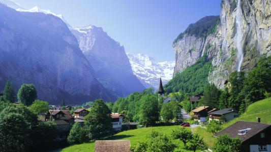 镇在陡峭的悬崖脚下